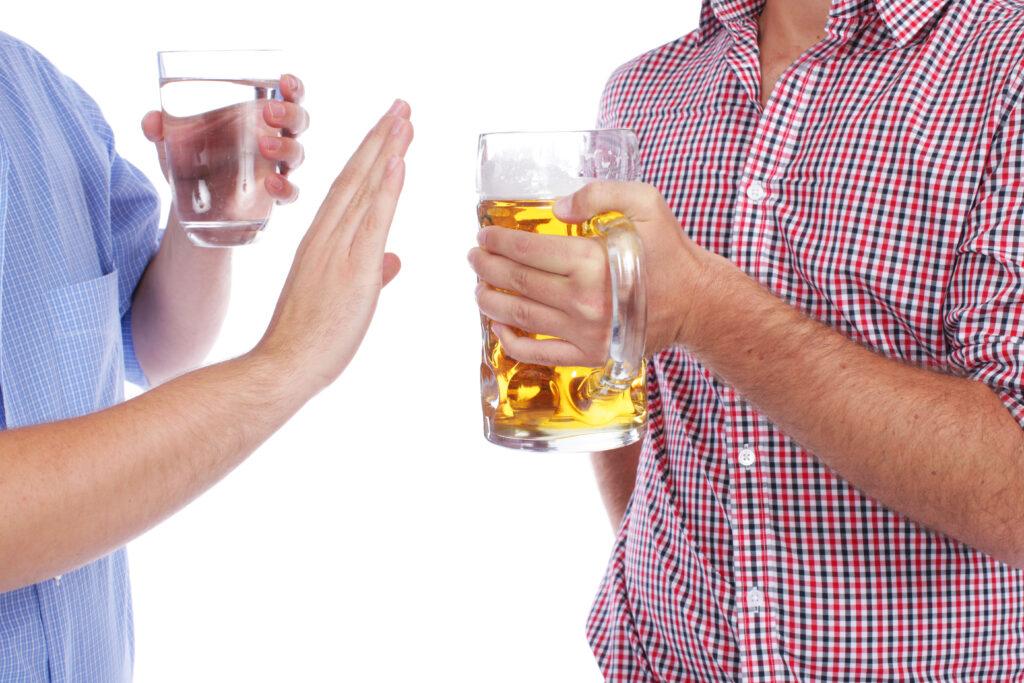 Zwei Mnner in Tracht mit Bier Und alkoholfreiem Getrnk